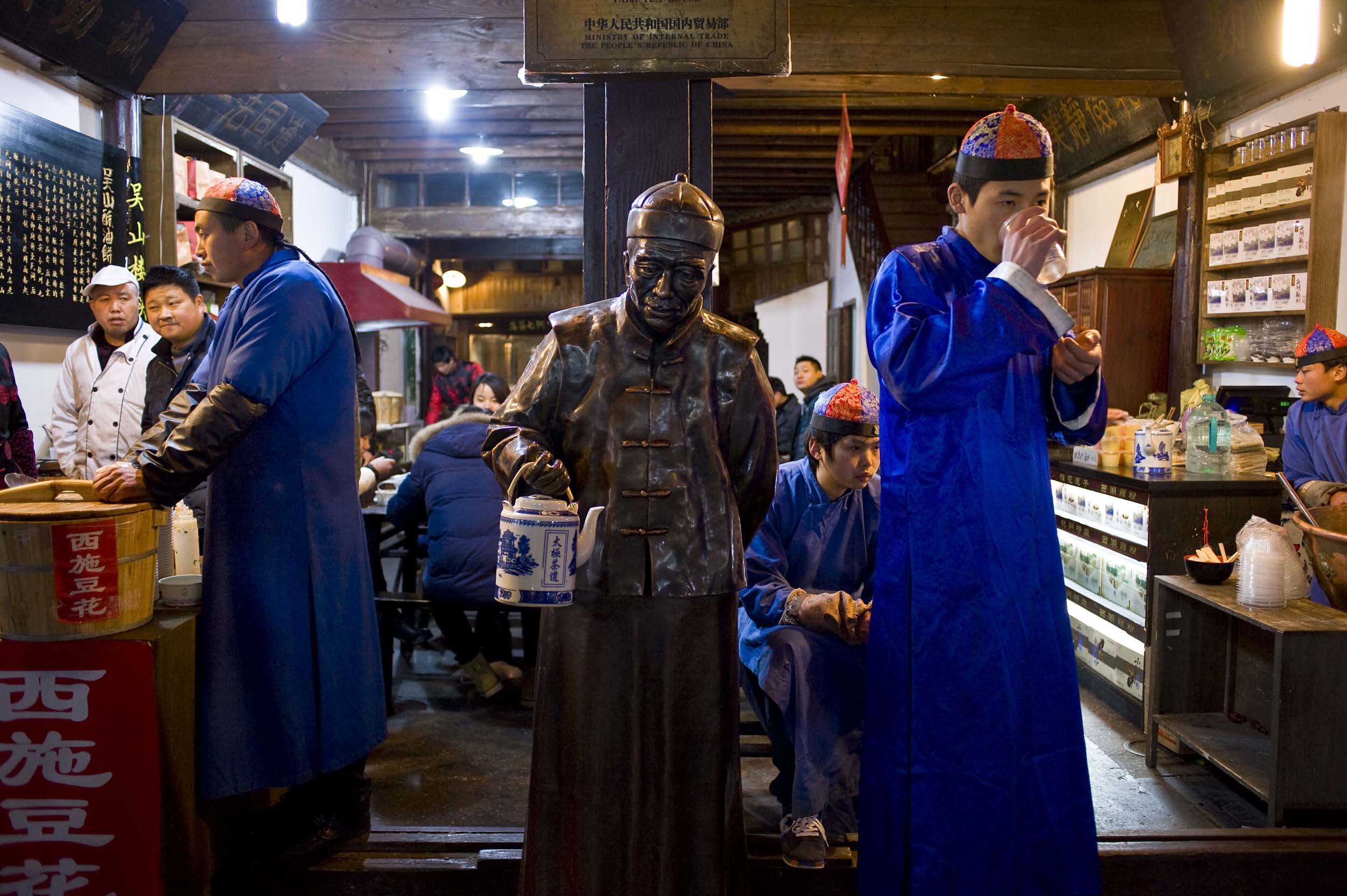 Venditori di tè lungo l'antica Strada Imperiale nel centro storico della città. Tea shop in the center of Hangzhou