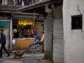 Un mercato in un quartiere popolare di Hangzhou. People walking in a market in Hangzhou